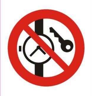 Prepovedano nosenje ure in kovinskih delov